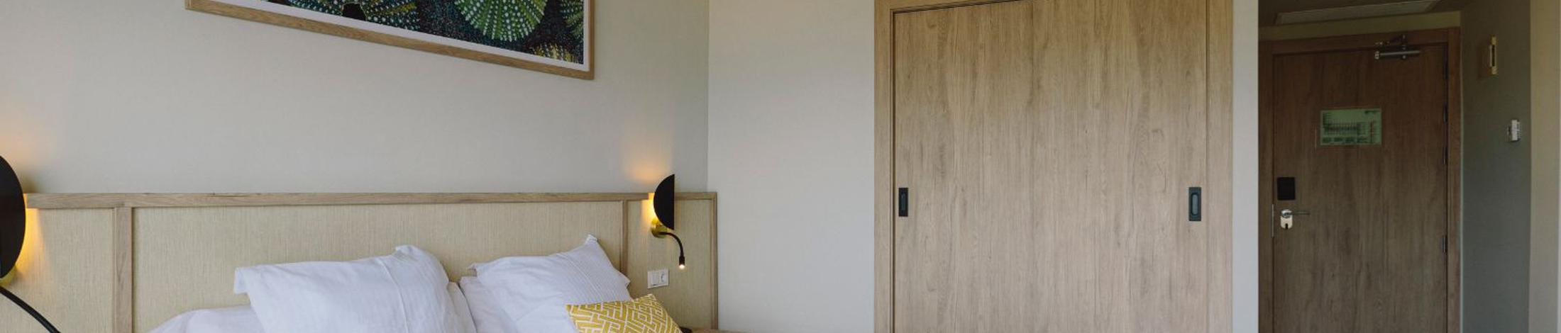 Twin room with side sea view aluasoul palma (adults only)  cala estancia, mallorca
