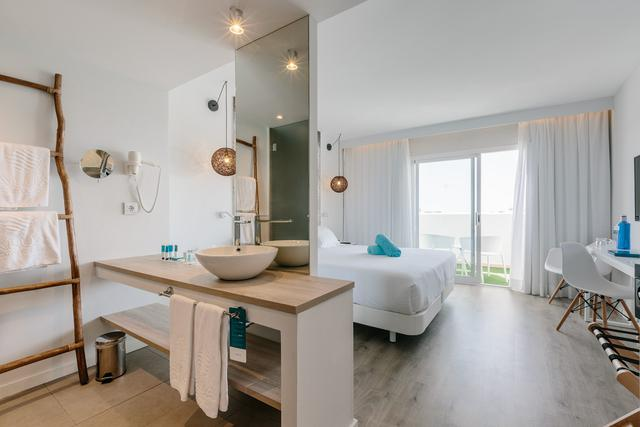 Superior double rooms aluasoul mallorca resort (adults only) hotel cala d'or, mallorca